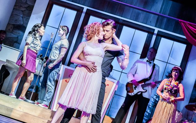 Dirty-Dancing---Ostend-1-Katie-Hartland-as-'Baby'-and-Lewis-Griffith-as-'Johnny'-and-ensemble-(C)Dreamteam-Pics